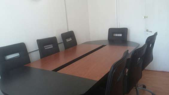 Mesa de rueniones con sillas